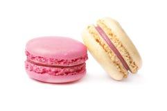 Deux macarons français, d'isolement sur le blanc Image libre de droits