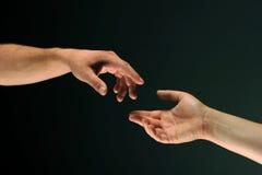 Deux mains atteignant entre eux Photographie stock libre de droits