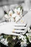 Deux mains avec des boucles de mariage dans le balck et le blanc Images libres de droits
