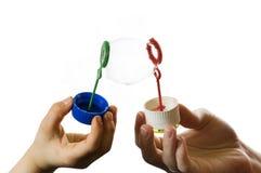 Deux mains avec la bulle de savon image libre de droits