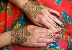 Deux mains avec le henné tatoue des conceptions de mehendi Images libres de droits