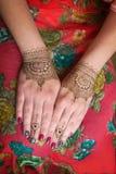 Deux mains avec le henné tatoue des conceptions de mehendi Photos libres de droits