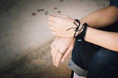Deux mains avec le vintage adolescent de jeans et d'espadrilles dénomment, tiennent h Photos libres de droits