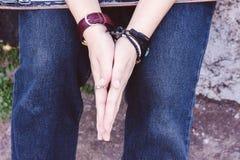 Deux mains avec le vintage adolescent de jeans et d'espadrilles dénomment, tiennent h Photos stock