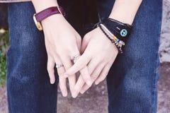 Deux mains avec le vintage adolescent de jeans et d'espadrilles dénomment, tiennent h Photographie stock libre de droits