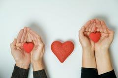 Deux mains avec un coeur sur un fond blanc Jour du `s de Valentine Image libre de droits