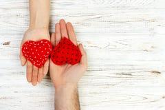 Deux mains avec un coeur sur un fond blanc L'espace de copte de jour du ` s de Valentine Image stock