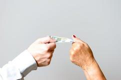 Deux mains conceptuelles tenant euro Bill dans la fin  Photos libres de droits