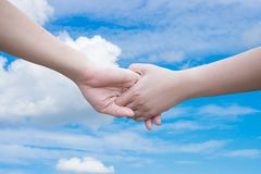 Deux mains - contact de femme et d'homme Photos libres de droits