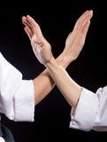 Deux mains croisées de combat dans le kimono blanc Photographie stock libre de droits