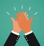 Deux mains d'affaires donnant de hauts cinq pour le travail de succès Image libre de droits