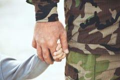 Deux mains d'une famille - père et enfant ensemble Images libres de droits