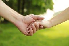 Deux mains dans des couples d'amour sur la nature Image libre de droits