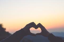 Deux mains dans la forme du coeur d'amour Montrez l'amour Photo libre de droits