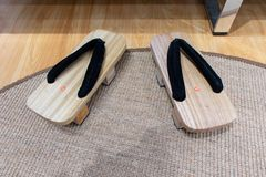 Deux mains de bois, d'adulte et d'enfants Décoration de brosses dans la salle de bains Sabot japonais en bois de sandales images libres de droits