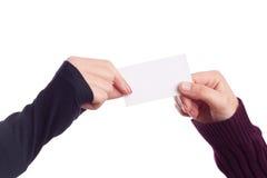 Deux mains de dames retenant une carte de visite professionnelle de visite Photos libres de droits