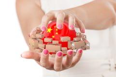 Deux mains de femme protégeant la sphère avec le drapeau de la Chine entouré par Photographie stock