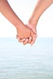 Deux mains de fixation des jeunes par Water Photo stock