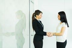 Deux mains de shakig de femmes d'affaires dans un bureau photos libres de droits