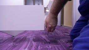 Deux mains de travailleurs dans la chemise à carreaux ont remonté le cadre du lit blanc clips vidéos