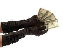 Deux mains des femmes dans les gants noirs retenant $ 400 sur un backg blanc Photographie stock