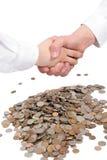 Deux mains en prise de contact et argent. photo libre de droits