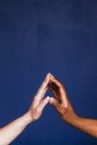 Deux mains ensemble, contraste noir et blanc de course Images stock
