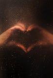 Deux mains faisant le signe de coeur Amour, concept romantique de relations Images stock