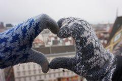 Deux mains femelles font un signe de coeur photos libres de droits