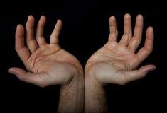 Deux mains font bon accueil à quelque chose Prière appelle Photographie stock libre de droits