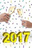 Deux mains grillant avec des cannelures de champagne Photographie stock libre de droits