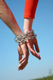 Deux mains liées au réseau Photos libres de droits