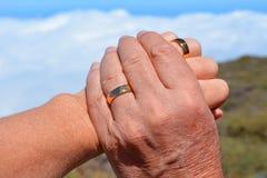 Deux mains Main de femme dans la main de l'homme Photographie stock