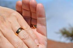 Deux mains Mains heureuses de fixation de couples Images stock