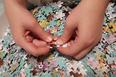 Deux mains prennent des puzzles photos libres de droits