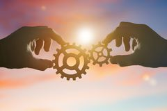 Deux mains relient les vitesses, les détails du puzzle photographie stock libre de droits