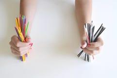 Deux mains retenant des bâtons de couleur Images libres de droits