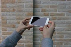 Deux mains retenant le téléphone intelligent Photo stock