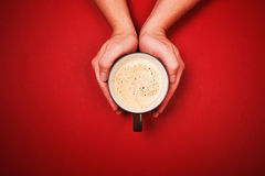 Deux mains retenant une cuvette de café frais Photos libres de droits