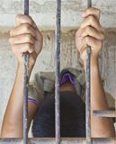 Deux mains saisissent la cage en acier Photographie stock libre de droits