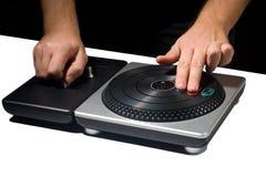 Deux mains sur le jeu de plaque tournante du DJ photos libres de droits