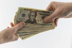 Deux mains tenant l'argent liquide américain photographie stock libre de droits