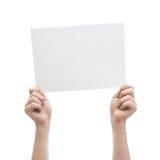 Deux mains tenant la feuille A4 de papier Image stock
