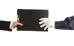 Deux mains tenant le dossier. Photo stock