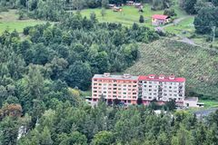 Deux maisons de panneau dans la forêt en tant que curiosité architectonique dans le village de Kyselka vu de la surveillance en p images stock