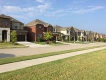 Deux maisons de planchers à la communauté amicale suburbaine Photo stock