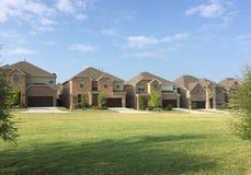 Deux maisons de planchers dans la campagne TX Photo stock
