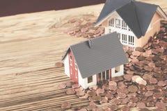 Deux maisons minuscules se tenant sur la table Images libres de droits