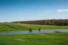 Deux maisons sur l'eau, l'exploitation de pisciculture au petit lac ou l'étang artificiel pour le poisson d'eau douce d'élevage p Image stock