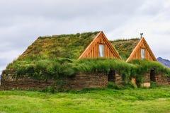 Deux maisons vertes avec le toit de gras en Islande Photographie stock libre de droits
